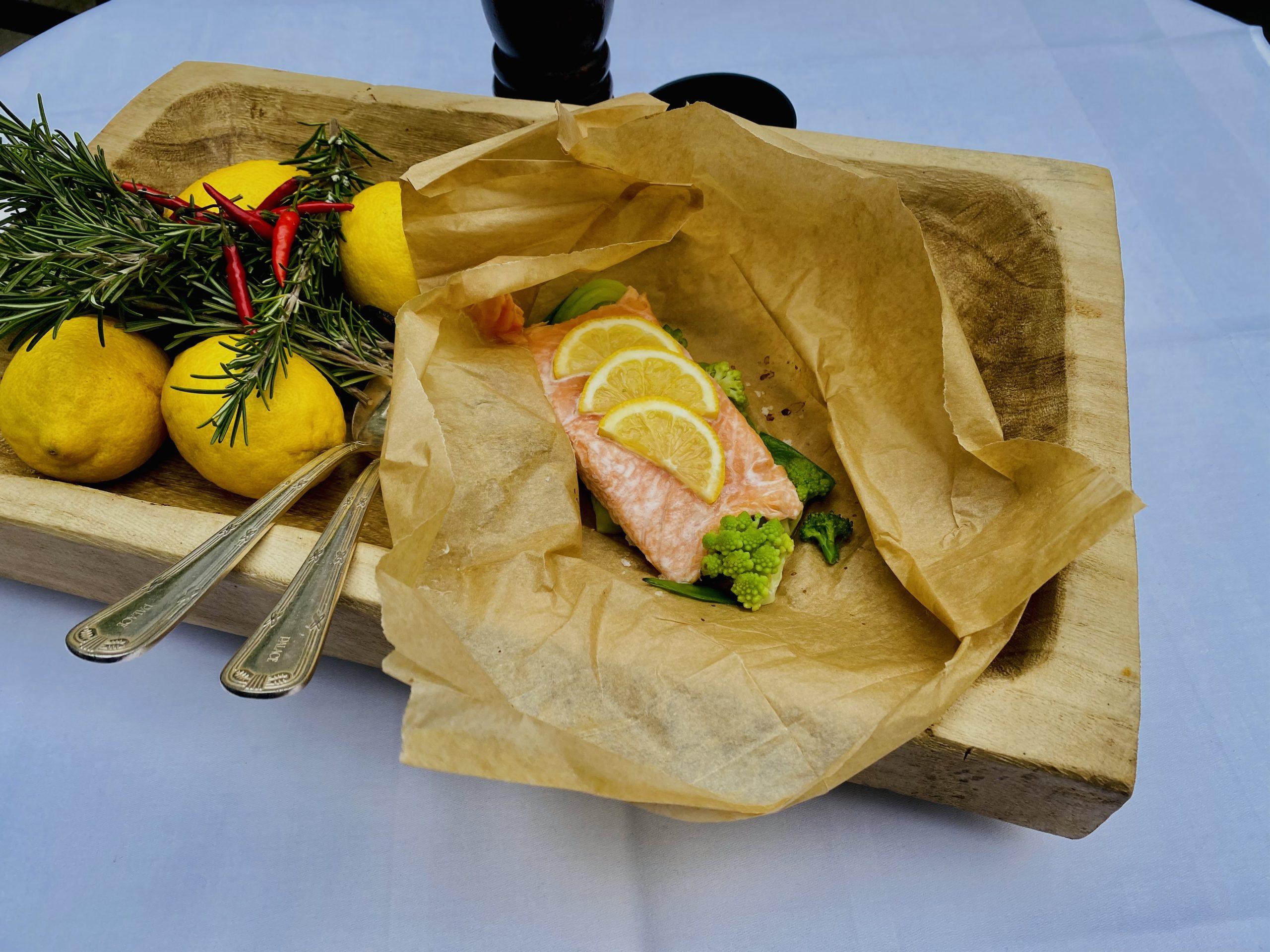 Lachs, Fisch, Fisch-Gericht, Essen, Rezept, Essen aus dem Backofen, Lachs in Pergamentpapier, Lachs mit Gemüse, Bissfest, Kochcast, Podcast, Bissfest - Der Kochcast